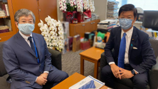 朝比奈が内閣総理大臣補佐官の阿達雅志参議院議員と議論